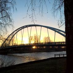Aamunkajo Pormestarinsillalla. #pori #kansallinenkaupunkipuisto #kaupunkipuisto #kokemäenjoki #joki #silta #auringonnousu #aamuaurinko #maisema #koivu #jokinäkymä