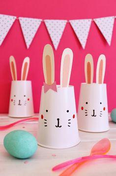Dit lapins de Pâques avec des gobelets en plastique