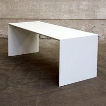 Simpelt hvidt cafébord. Mål: L:200 x B:80 x H:75 cm.