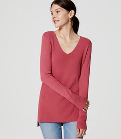 Nothing strikes the perfect balance of polished and cool like this relaxed tunic sweater. V-neck. Hi-lo hem. Sweater Shop, Tunic Sweater, Curvy Work Outfit, What To Wear Today, How To Wear, Petite Sweaters, Bell Sleeve Top, Tunic Tops, Style Inspiration