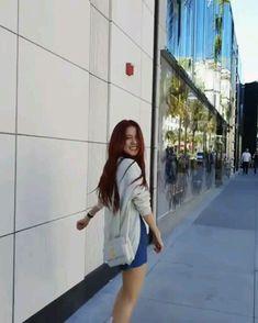 Linda😍 Korean Girl Fashion, Blackpink Fashion, Blackpink Jisoo, Kim Jennie, Kpop Gifs, Lisa Blackpink Wallpaper, Black Pink Kpop, Blackpink Photos, Avatar Couple