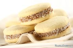 If you like desserts and sweets you must have eaten cornstarch alfajores but, would you encourage yourself to prepare them? Making homemade alfajores is Cookie Recipes, Dessert Recipes, Dessert Food, Chilean Recipes, Tasty, Yummy Food, Cakes And More, Sweet Recipes, Love Food