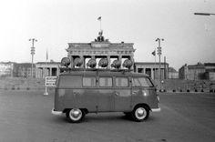 Show vor unsichtbarem Publikum: Ein West-Berliner Lautsprecherwagen richtet gegenueber vom Brandenburger Tor seine Beschallungsanlage nach Osten aus.