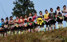 中国・貴州(Guizhou)省岜沙(Biasha)村で行事を眺めるミャオ族の村人たち(2014年2月4日撮影)。(c)AFP/Mark RALSTON ▼13May2014AFP|観光ブームで「見世物化」される少数民族、中国 http://www.afpbb.com/articles/-/3014739 #Miao_people #Biasha