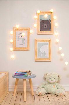 As Molduras Pop Art foram enfeitadas com artes delicadas de ursinhos que auxiliarão a criança a perceber formas. As luzes também ajudam a chamar a atenção do bebê, facilitando sua compreensão do mundo que ao seu entorno.