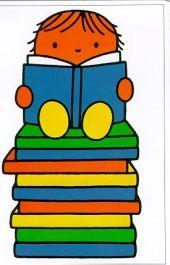 Bruna kindje vindt lezen leuk