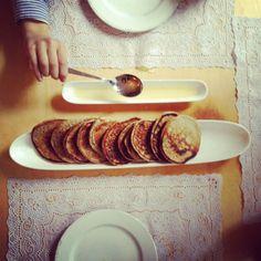 Hartig, zoet, opgerold of in laagjes: zó veelzijdig heb je ze nog nooit gegeten!  De maaltijdpannenkoek * Rucola pizzapannenkoek: bestrijk de pannenkoek met tomatensaus, leg er in plakken