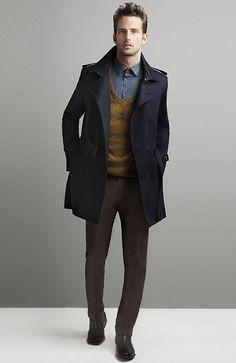 Den Look kaufen:  https://lookastic.de/herrenmode/wie-kombinieren/mantel-pullover-mit-v-ausschnitt-langarmhemd-anzughose-chelsea-stiefel/3566  — Rotbrauner Pullover mit V-Ausschnitt  — Dunkelbraune Anzughose  — Schwarze Chelsea-Stiefel aus Leder  — Graues Chambray Langarmhemd  — Schwarzer Mantel