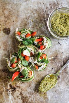 Rollitos de pepino con pesto y pavo bajos en calorías | 21 Snacks altos en proteínas que puedes tomar mientras comes sano
