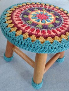 10 Creative Ways to Give a Makeover to Old Stools - Knitting and Crochet Motif Mandala Crochet, Art Au Crochet, Beau Crochet, Crochet Diy, Crochet Flower Patterns, Crochet Crafts, Crochet Flowers, Crochet Stitches, Crochet Projects