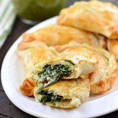 Shugary Sweets Easy Baked Spinach And Cheese Empanadas Recipe Flaky pie crust filled with fresh spinach, garlic, and ricotta cheese. These Spinach and Cheese Empanadas are an easy dinner or appetizer recipe, and best served with fresh Chimichurri sauce! Spinach Pie, Spinach And Cheese, Recipes With Ricotta Cheese, Spinach Ricotta, Mexican Food Recipes, Vegetarian Recipes, Cooking Recipes, Milk Recipes, Cooking Ham