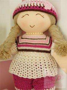 Boneca feita de maneira artesanal, com roupas de crochê