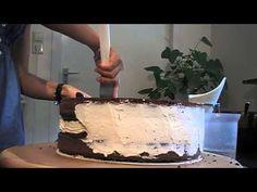 Como rellenar y cubrir una torta con butter cream - YouTube