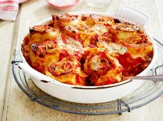 Zucchini-Nudel-Rolls in Tomatensoße Rezept | LECKER