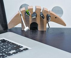 Drewniany kablojad porządkujący nadmiar kabli na biurku