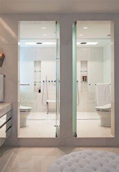 Acabamentos chiques e de toque aconchegante, iluminação transada e uma ocupação inteligente deixaram esses banheiros perfeitos para quem quer revigorar as energias