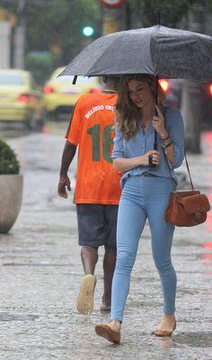 Grazi Massafera enfrenta chuva (Foto: AgNews)