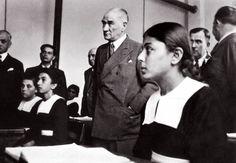Atatürk Adana'da İsmet Paşa Kız Enstitüsü'nde tarih dersi dinlerken. (19 Kasım 1937)