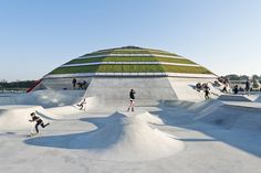 StreetDome / CEBRA Glifberg Lykke Completed in 2014 in Haderslev Denmark. Images by Mikkel Frost / CEBRA. Danish architecture and design practices CEBRA and GlifbergLykke have designed a multi park and cultural centre for street sports on the harbour. Parkour, Contemporary Architecture, Landscape Architecture, Architecture Design, Sustainable Architecture, Living Roofs, Parking Design, Roof Design, Skate Park