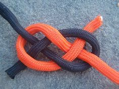 Carrick Bend This Square Knot alternate joins two ropes together securely, and is easier to untie than a Square Knot. Survival Knots, Survival Skills, Survival Tips, Rope Knots, Macrame Knots, Rope Tying, Tying Knots, How To Tie Knots, Knots Guide