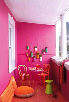 Un terrazzo quattro stili per arredarlo...   Un piccolo terrazzo è un luogo perfetto dove godere aperitivi momenti di relax pranzi allaperto e serate in compagnia. Decorarlo e cambiargli aspetto a seconda del momento o delle stagioni può essere divertente e stimolante. Vi proponiamo 4 versione dello stesso terrazzo.  Allegro Fioriere di riciclo fai da te buon umore multicolori su uno sfondo caldo rosa crea unatmosfera decisamente estiva e allegra.  Dipingere le pareti e il tavolo in fucsia…