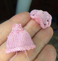 Vaaleanpunainen itsetehty hellemekko ja lierihattu kesäksi 1:12 vauvalle