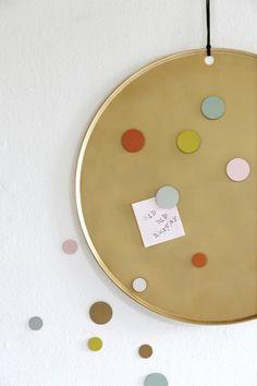 Magneetbord Marie in feestelijk goud van EL by DEENS.NL shop je hier online.