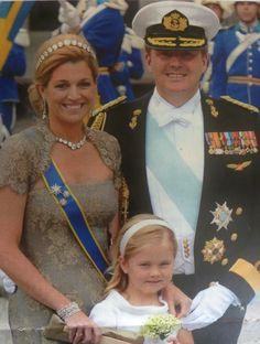 Trotse pappa en mamma op bruidsmeisje Amalia bij het huwelijk van prinses Victoria.