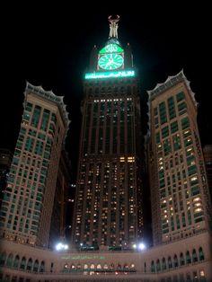 Com 601m de altura o Abraj Al-Bait Towers (Hotel) - também conhecido como Mecca Royal Hotel Clock Tower, é uma propriedade do governo. Complexo de edifícios - em Mecca, Arábia Saudita .