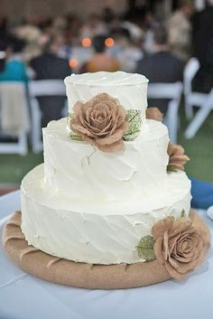 burlap wedding cake / http://www.himisspuff.com/rustic-country-burlap-wedding-ideas/3/