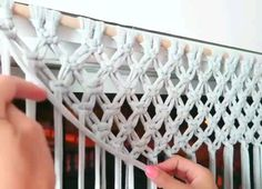 Diy how to make a macrame curtain with trample By: STEFFIDO Wie mache ich einen Makramee-Vorhang mit Trampel? Macrame Wall Hanging Patterns, Macrame Plant Hangers, Macrame Patterns, Macrame Design, Macrame Art, Macrame Projects, How To Macrame, Macrame Curtain, Beaded Curtains