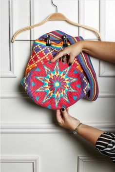 Pattern for a bag like Barbara made= Revenue Circle - Wayuu Bag Diamonds Tapestry Crochet Patterns, Crochet Stitches, Crochet Handbags, Crochet Purses, Love Crochet, Diy Crochet, Balmain Bag, Tapestry Bag, Purses And Bags