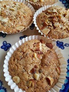 Kender du de små makronkager vi stornød i 80'erne og 90'erne? Du ved de små knasende, sprøde kager i muffinsforme, med konfekt/-marcipan-agtigmidte? Det er synd, at kagerne er gået i glemmebogen, de skal da findes frem igen :-) Tidligere på sommeren bagte jeg denne skønne variant: makronkager med rabarber - en total succes, hvor rabarberne gav en Sweet Recipes, Cake Recipes, Snack Recipes, Sweets Cake, Cupcake Cakes, Cupcake Toppers, Danish Food, Crazy Cakes, Healthy Muffins