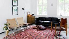 Le Corbusier LC2 sofa, kelim tæppe fra Paustian, Kaare Klint safari stol og PK22 stole
