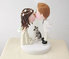 couple figurine with hair wreath | figurine cake toppers that look like you | by artifice producciones | http://emmalinebride.com/reception/figurine-cake-toppers/