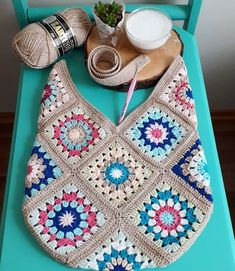 604 Me Gusta, 36 Comentarios - Antidepresanhobiler Dilek&Apo 604 Me gusta, 36 comentarios - Antidepresanhobiler Dilek'ce Bolsa a trocitos This Pin was discovered by Emi Just three grannies! Pull Crochet, Crochet Diy, Love Crochet, Bead Crochet, Crochet Gifts, Crochet Handbags, Crochet Purses, Crochet Bags, Crochet Squares