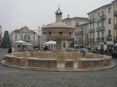 CHAFARIZ NA PRAÇA DO GERALDO - EVORA  O Chafariz da Praça do Giraldo está localizado na freguesia de Santo Antão em Évora. É uma obra do arquitecto Afonso Álvares.