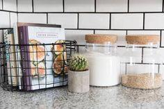 Small-Space Living: Minimalismus in 800 Quadratmetern beherrschen – dekoration - home diy apartment Small Space Living, Small Spaces, Small Rooms, Sweet Home, Cuisines Design, Minimalist Decor, Minimalist Living, Diy Kitchen, Kitchen Baskets