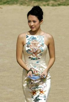 Zhang Ziyi In elegant Qipao Dress Cheongsam Modern, Cheongsam Wedding, Cheongsam Dress, Zhang Ziyi, Asian Style, Chinese Style, Asian Fashion, Look Fashion, Chinese Clothing