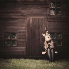 ローラ in Wonderland。イギリス在住18歳の学生が撮影した写真がシュールで幻想的だ・・・