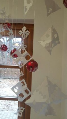 Schneeflocken + weihnachtskugeln
