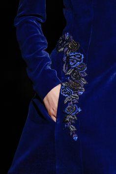 Alberta Ferretti Fall 2013 RTW magnifique bleu et détail broderie Blue Fashion, Look Fashion, Fashion Details, Velvet Fashion, Fashion Shoes, Color Azul Rey, Elisa Cavaletti, Lesage, Alberta Ferretti