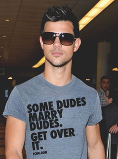 Taylor Lautner Is this picture real? I Just fell in love with Taylor Lautner all over again. Men's Fashion, Fashion Moda, Kristen Stewart, Beautiful Men, Beautiful People, Pretty People, Gorgeous Guys, Amazing People, Selena Gomez