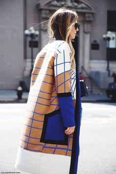 Me enamoré a primera vista de este precioso abrigo de Peter Pilotto que llevaba Mirela Foric (Buro247) para asistir al desfile de DelPozo en Nueva York, y sobre todo de la forma en la que lo combinó c