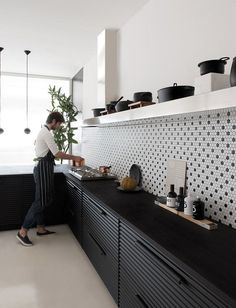 41 Cuisines noires canons! | ElleMixe Best Kitchen Designs, Modern Kitchen Design, Interior Design Kitchen, Modern Kitchen Tiles, Interior Modern, Home Interior, Bauhaus Interior, Interior Architecture, Black Kitchens
