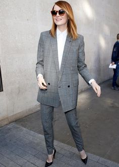 Emma Stone street style best outfits - Celebrity Style and Fashion Trends Emma Stone Style, Emma Stone Street Style, Suit Fashion, Look Fashion, Trendy Fashion, Fashion Show, 50 Fashion, Fashion Trends, Fashion Styles