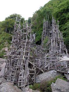 """sculpture suédoise : Lars Vilks, """"Nimis"""", 1980s, construction, bois flotté, art environnemental"""