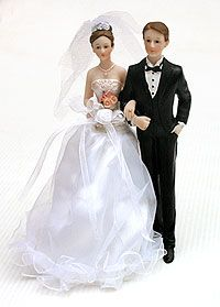La touche finale de votre pièce montée : cette figurine de jeunes mariés avec une véritable robe en satin ! http://www.mariage.fr/figurine-des-maries-pas-cher.html