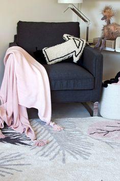 🧞♀ Moderní kusový koberec v odstínech příjemné růžové barvy s přírodními motivy, který se skvěle kombinuje s ostatními produkdy z řady Plants. Tropical Design, Floral Design, Lorena Canals Rugs, Washable Rugs, Beige Background, The Fresh, Pink Rugs, Home And Family, Hand Weaving