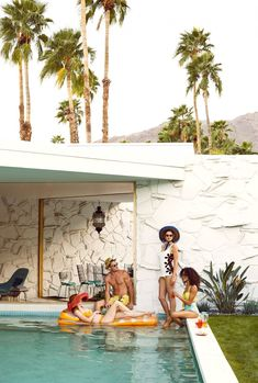 Bon Apetit Pool Party Editorial This editorial for Bon Apetit Magazine channels summer like no other. Shot by Julia Galdo and Cody Cloud of Juco, the images are retro and really fun, making us want to get over to a pool right awa Pool Party Fashion, Summer Editorial, Palm Springs Style, Palm Springs Pool Party, Modern Pools, My Pool, Pool Designs, Photos, Pictures